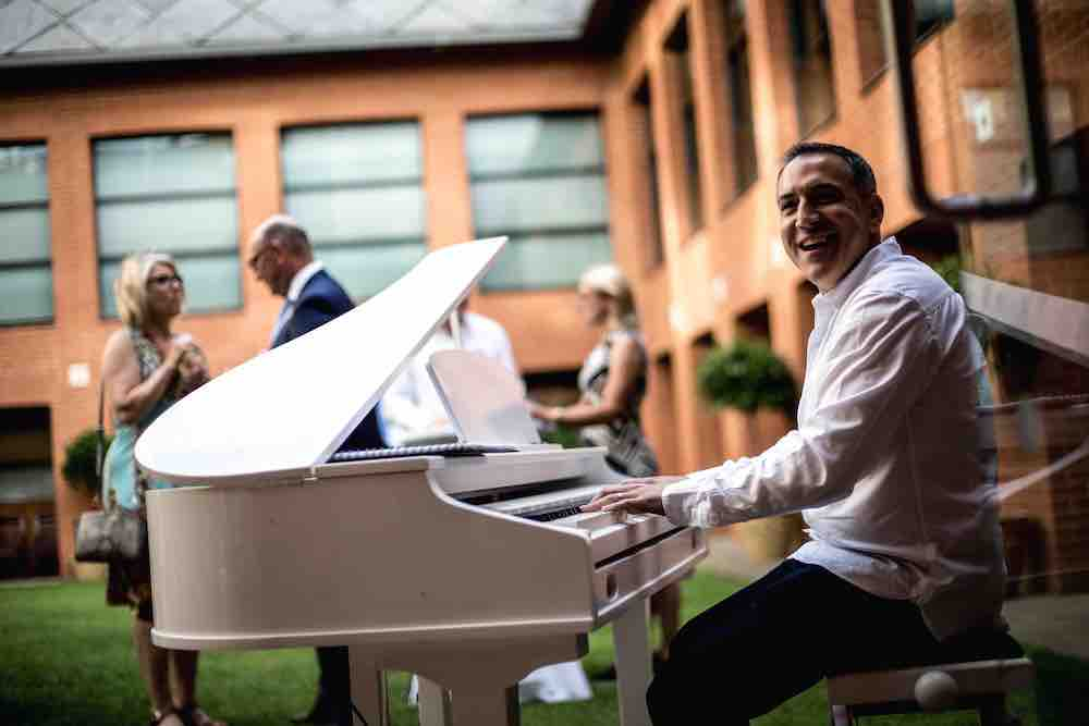 piano-playing-outdoors-at-corporate-event-smithfield